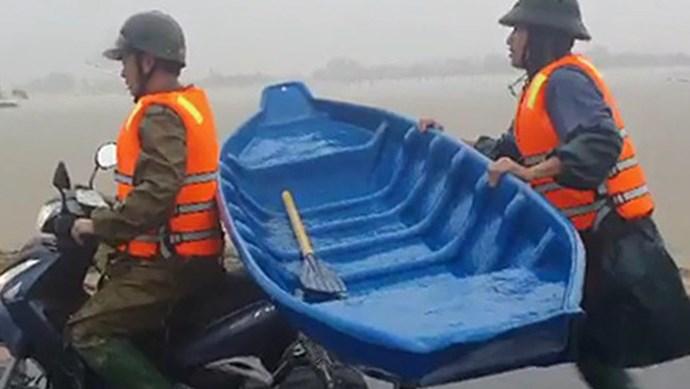 Video: Cảm động chiến sĩ công an chạy bộ 2km lấy thuyền đưa người dân đi cấp cứu