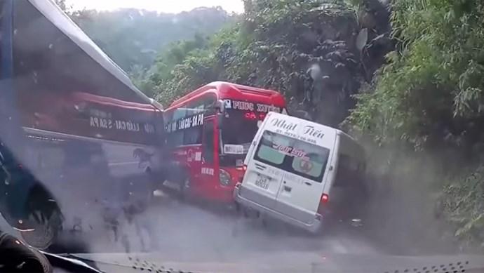 Xe khách tông xe 16 chỗ, nhiều người hoảng sợ la hét