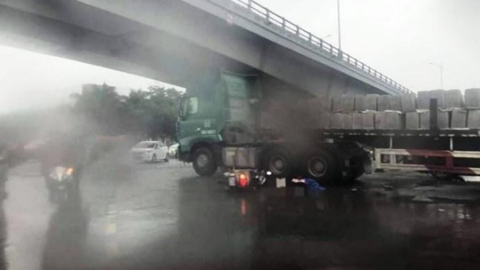 Tai nạn giao thông mới nhất hôm nay 15/11: Xe đầu kéo cuốn xe máy vào gầm, 2 người tử vong tại chỗ