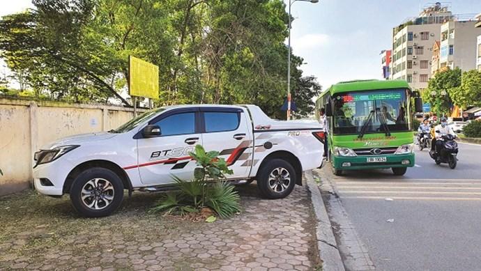 [Điểm nóng giao thông] Điểm dừng xe buýt thành bãi đỗ xe