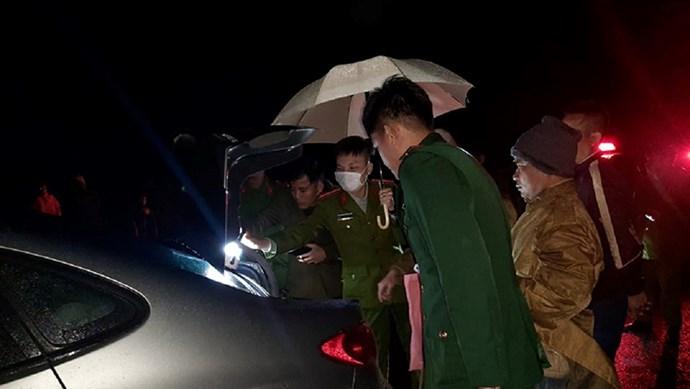 Bắt đối tượng vận chuyển pháo lậu bằng ô tô trong đêm tối
