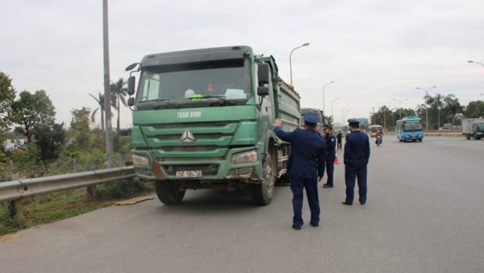 Xử phạt hơn 1 tỷ đồng với 50 phương tiện quá tải qua cầu Thăng Long
