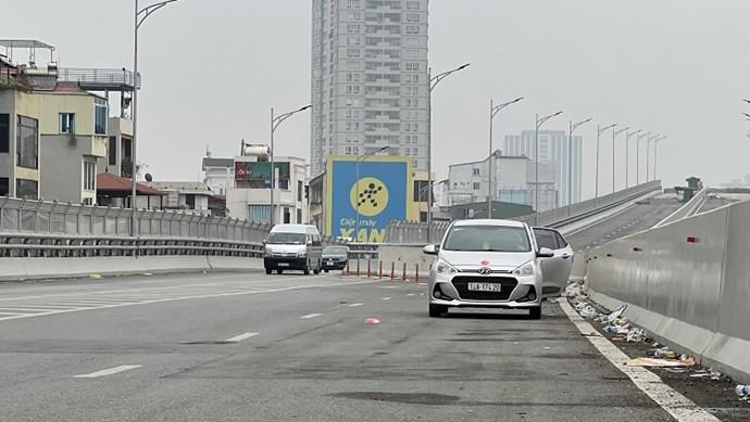 [Điểm nóng giao thông] Dừng đỗ xe bừa bãi tại đường Vành đai 2 trên cao