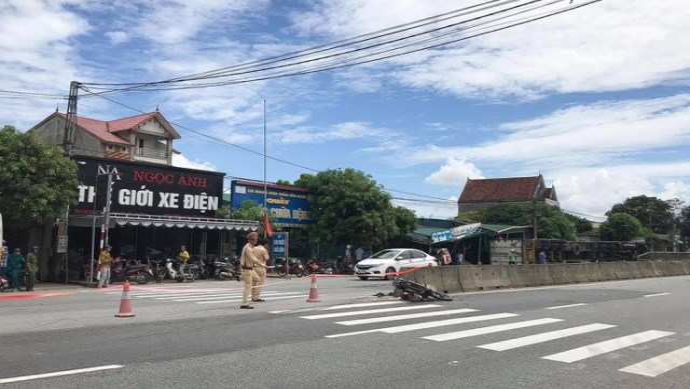 Hà Tĩnh: Va chạm ô tô đầu kéo, 2 người đi trên xe máy thương vong