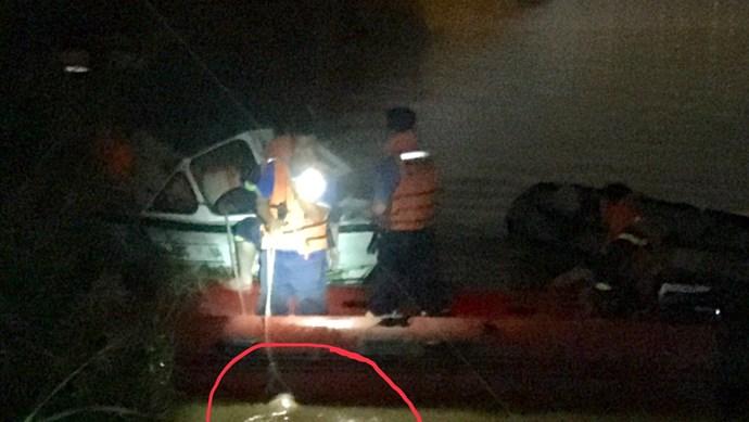 Đã tìm thấy nạn nhân bị xe container húc văng xuống sông Hồng
