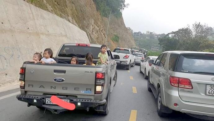 Phạt tài xế để trẻ nô đùa trên thùng xe, cửa sổ trời thế nào?