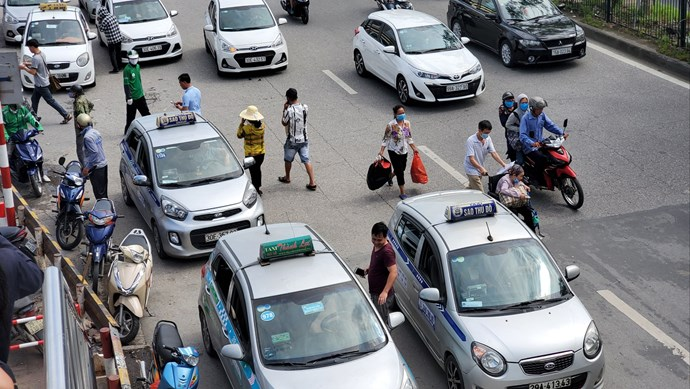 """Taxi che biển số """"náo loạn"""" cổng bệnh viện Bạch Mai"""