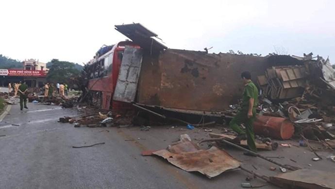 Kinh hoàng hiện trường vụ xe khách đấu đầu xe tải tại Hòa Bình