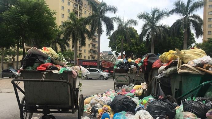 Tắc bãi Nam Sơn, đường Hà Nội ngập trong rác