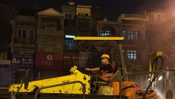 [Ảnh] Cận cảnh trải thảm mặt đường xuyên đêm tuyến Nguyễn Trãi - Trần Phú - Quang Trung