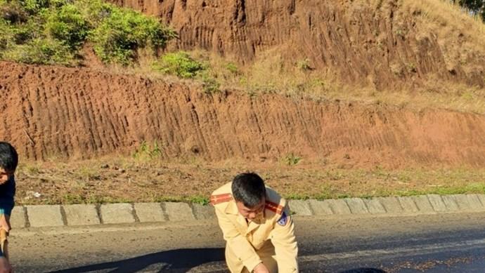 Dầu điều đổ tràn đường Hồ Chí Minh, CSGT nỗ lực khắc phục, giảm trơn trượt