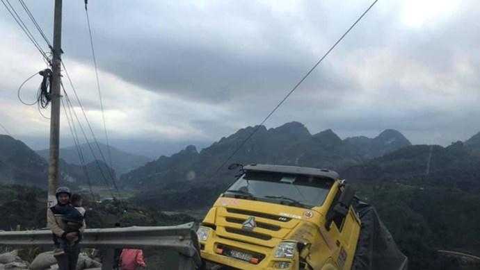 Kinh hoàng khoảnh khắc xe tải mất đà khi lên đèo, rơi tự do xuống vách núi