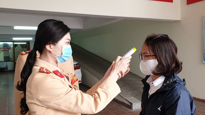 CSGT Hà Nội đo thân nhiệt, phát khẩu trang cho người vi phạm giao thông