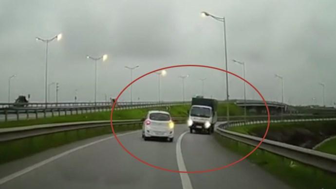 Xe tải đi ngược chiều đường dẫn lên cao tốc Hà Nội - Thái Nguyên