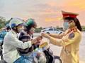 Hà Nội: CSGT phát hàng nghìn suất ăn tới người dân từ các tỉnh về qua Hà Nội