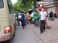 Hà Nội: Xe khách tấp nập đón trả khách ngoài đường