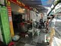 """Người dân mua đồ qua vách ngăn ở chợ """"nhà giàu"""" Hà Nội"""
