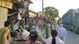Người dân hốt hoảng lao ra khỏi nhà trong đêm sau cú tông của xe container
