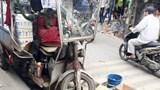 Hà Nội: Chở hàng nặng, xe ba bánh đè chết người khi đang xuống dốc