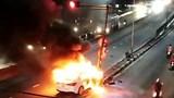 Hiện trường xe ô tô bốc cháy dữ dội sau khi tông cột đèn giao thông.