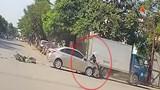 Không nhường nhau giữa giao lộ người đàn ông bay lên nắp capô xe tại Hà Nội