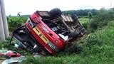 Xe tải đâm xe khách chở công nhân khiến 14 người nhập viện
