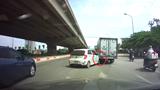 Hà Nội: KIA Morning vỡ đầu xe vì sang đường thiếu quan sát