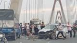 Kia Morning đâm vào đuôi xe tải trên cầu Nhật Tân, giao thông ùn tắc nghiêm trọng