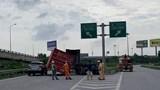 TP.HCM: Hoảng hồn thùng container rơi xuống trúng ô tô con trên đường