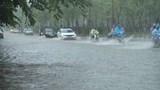 Trận mưa lớn giữa trưa khiến nhiều tuyến phố Hà Nội ngập sâu