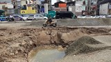 """Hà Nội: Người dân phải """"off road"""" bất đắc dĩ trên đường Trường Chinh"""