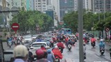 Ảnh: Người dân Hà Nội làm 'xiếc' trên vỉa hè để thoát ùn tắc sau mưa lớn