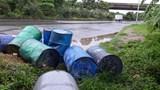 Rác thải nguy hại lại tràn lan đường gom Đại lộ Thăng Long