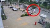 Clip: Xe bồn cuốn xe đạp điện vào gầm, người phụ nữ thoát chết thần kỳ