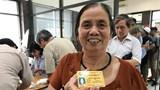 Hà Nội: Người cao tuổi vui mừng khi nhận thẻ xe buýt miễn phí