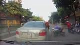 Tài xế ô tô phanh gấp, hôi tiền giữa đường, bất chấp nguy hiểm