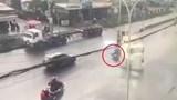 Clip: Tự ngã vào gầm container, người đàn ông đi xe máy tử vong