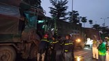 Hà Nội: 3 ô tô đâm liên hoàn, cảnh sát cắt cửa cứu tài xế mắc kẹt trong cabin
