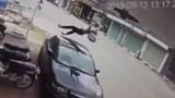 Clip: Nữ sinh đi xe đạp điện bị hất tung, lộn nhào qua nóc ô tô