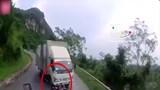 Clip: Phóng nhanh, vượt ẩu qua khúc cua, xe máy lao vào gầm xe tải ngược chiều