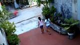 Thót tim cảnh bé trai chạy sang đường bị xe máy cán qua văng xa nhiều mét