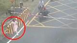 Video: Chờ tàu hỏa đi đến, nữ y tá lao ra nằm giữa đường ray tự tử