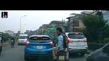Clip: Dân mạng phẫn nộ với khách tây đi Grab Bike nhổ nước bọt phản cảm