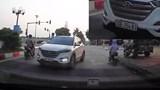 Ô tô nghênh ngang đi ngược chiều ở Hà Nội