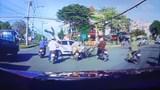 Kinh hoàng cảnh tài xế xe máy lao thẳng đầu ô tô, bắn người lên không trung