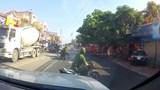 Clip: CSTT quật ngã đôi nam nữ đi xe máy không đội mũ bảo hiểm gây tranh cãi