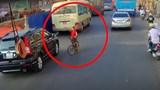 Cậu bé chạy xe đạp ngược chiều trên làn ôtô
