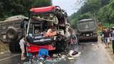 Xe khách biến dạng sau va chạm với xe container, nhiều người nhập viện cấp cứu