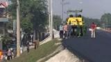 Truy tìm tài xế xe lu cán chết người đàn ông đi bộ trên đê