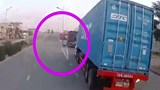 Clip: Tạt đầu container, thanh niên lao vào dải phân cách